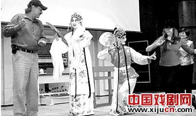 外国观众把京剧误认为中国古代服饰和化妆中的杂技。