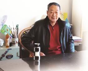 """既不会唱歌也不会伴奏的崔林园自掏腰包成立了""""九安京戏协会""""。"""