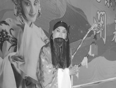 61岁的张俊芳惠生静剧团有近100名成员
