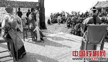 莱阳京剧团为村民表演京剧《桂英统领》