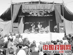 河北泊头评剧团表演丰富的村民文化生活