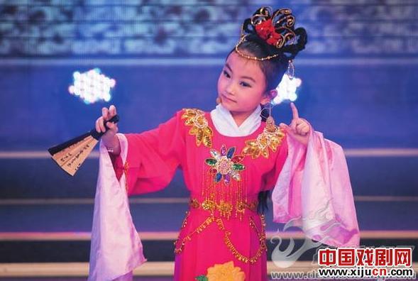 """德州首届儿童春晚上的两位""""小嫔妃""""赢得了广泛赞誉。"""