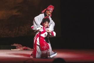 天津平剧剧院根据金剧移植排练的平剧《梨花情》演出