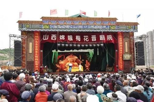 陕西嫦娥金美花剧院在临县举行首次慈善演出