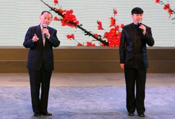 梅宝九和他的徒弟胡文阁参加了京剧艺术和音像表演版权班的联谊活动。