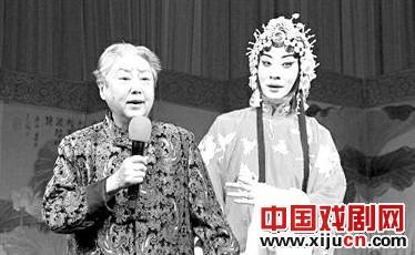 """在国家京剧剧院""""索林胶囊""""公益演出结束时,李士奇上台大声演唱。"""
