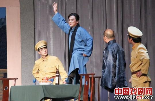 马会民在平剧马戏《野火春风斗古城》中扮演主角