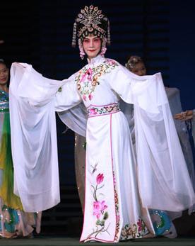 长安大剧院于5月27日上演了京剧《圣母院》。