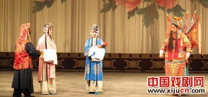 """来自中国大陆和香港八所大学的大学生在同一个舞台上""""唱京剧"""""""