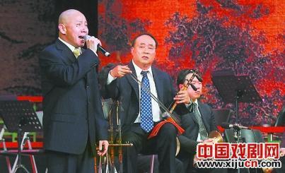 《京胡大师》中,孟广禄表演了京剧《查美安》