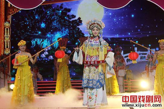 陈思思受中央电视台中秋节戏曲晚会邀请,演出京剧《醉妃》