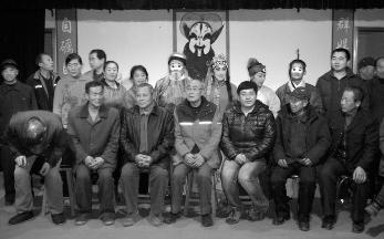 73岁的退休教授孙志民花了他所有的积蓄成立了一个农村京剧协会