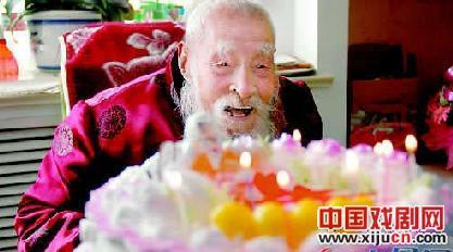 """112岁生日女孩唱""""空城计划""""庆祝她的生日"""