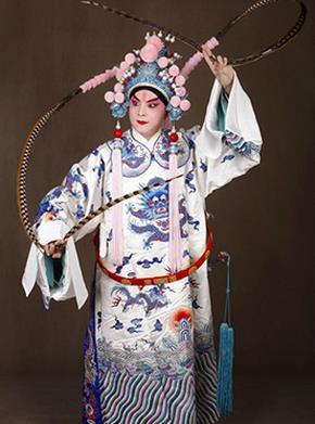 京剧《英雄联盟》。《利用东风》于3月23日上演。