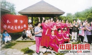天津平菊朋友俱乐部在八个公园表演