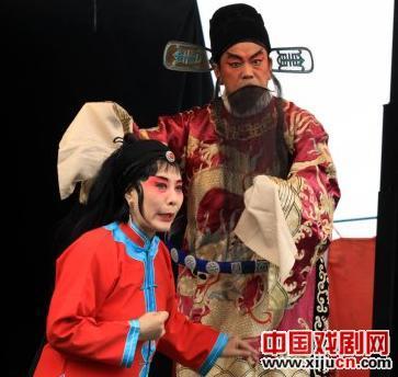 成蔡照评剧团上演了五套主要剧目,即《六在雪中》、《凤凰坨》、《飞街》、《雨荷大桥》和《干付昆守景》