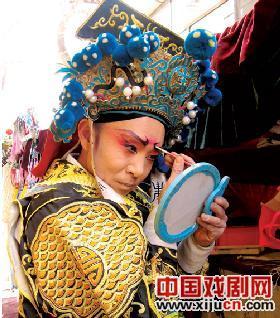 山西晋中桃园金剧团为村民等上演了《打金枝》。
