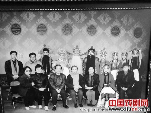 乔玉贤的《粉墨五十年,老艺术家随波逐流》