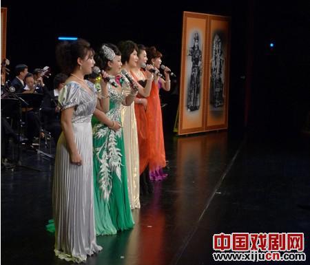"""""""张君秋诞辰90周年音乐会""""充满了著名艺术家和丰富多彩。"""