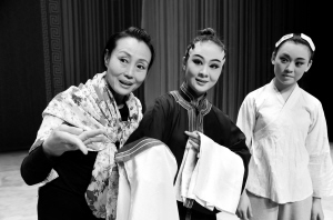 国家非遗产项目平剧的代表性传承人袁淑梅携手指导年轻演员。