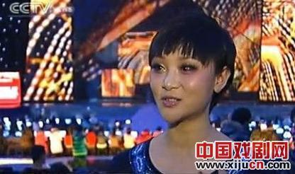 楚蓝蓝和小提琴家薛伟在中央电视台春节联欢晚会上表演了《花之歌》