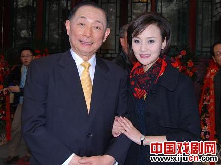 """继承中国文化精髓的京剧学会正式成立于北京古代书院的""""阳光老房子""""。"""