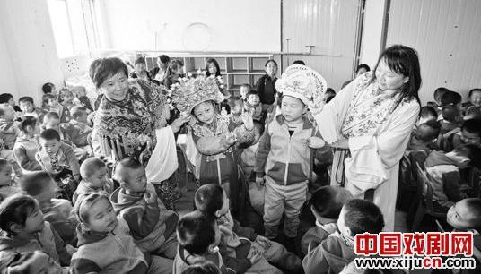 京剧演员指导幼儿园零距离学习儿童歌剧演唱和表演艺术