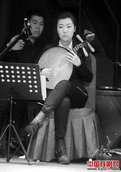 许多著名的京剧演员举行慈善演出纪念甄建华,并将所有的钱捐给了甄建华的家人。