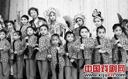 """北京五环剧团的75名成员集体""""接受弟子"""""""