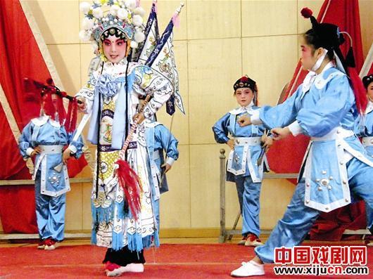 11岁的女孩张士毅喜欢表演京剧《指挥穆桂英》