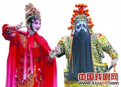 孟广禄和李毅杰一起表演京剧《项羽》。