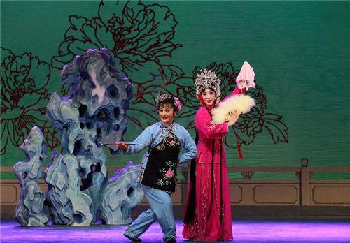 中国评剧剧院第一次将《花儿为媒介》和《包公梦死》带到了固安大剧院。