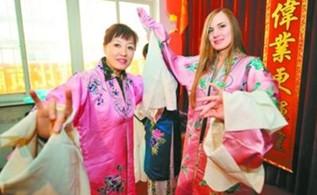 """俄罗斯女孩在学习京剧方面确实有点""""模范""""。"""