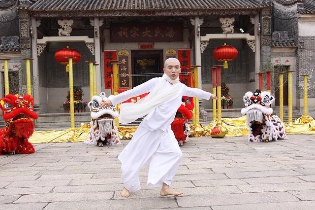 邱吉荣是京剧邱派的直系后裔,他学习了南派舞狮的独特技巧。