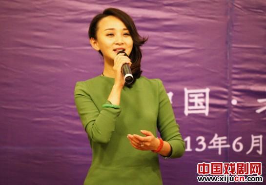 楚蓝蓝参加了电视连续剧《我在长江之首》的开幕式,该剧由双方共同创办并主演。
