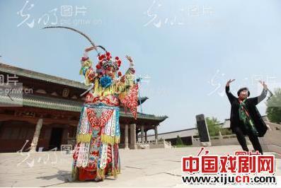 晋中艺术学校的学生鞠子尧在文庙大成堂前表演晋剧。