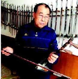 """73岁的北京胡收藏家王雨发拥有许多""""珍宝"""""""