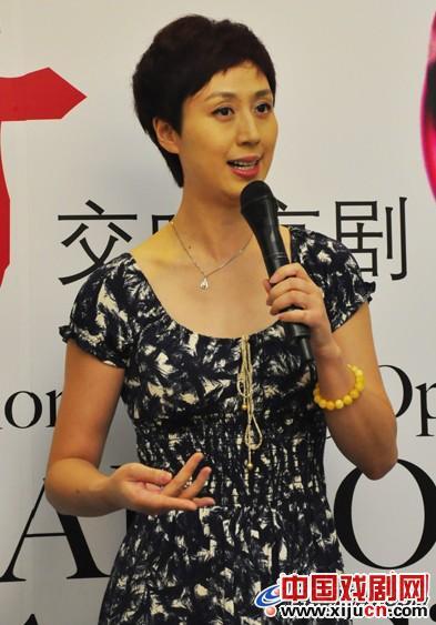 石弘毅、胡璇和张洁敏在上海大剧院上演的交响京剧《少男少女》中担任主角