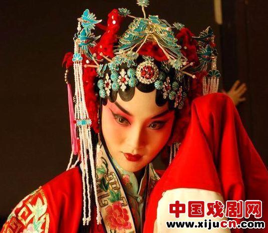 年轻的京剧演员朱蓝蓝制作京剧《学、唱、听》