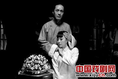 李媛媛在电视剧《花儿的深度》中扮演了一个像菊花一样新鲜的著名京剧演员。