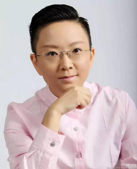 """她很英俊,很难抗拒,但她已经做了20多年的男人了。她是中华人民共和国成立后的第一位女老学生。她被称为""""小冬皇帝""""和""""是的"""""""