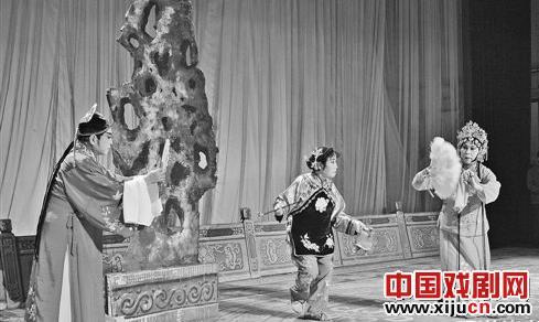平剧发展促进会在全市城乡举办业余鞠萍剧团交流演出。