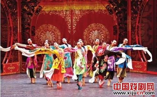 穿着京剧服装跳芭蕾舞