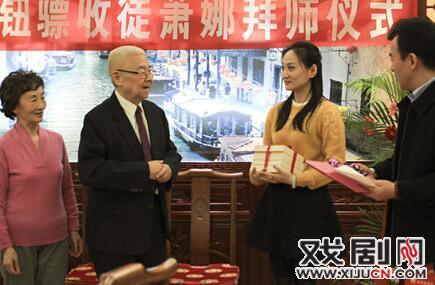 年轻教师小娜向京剧研究者和教育家牛彪学习。