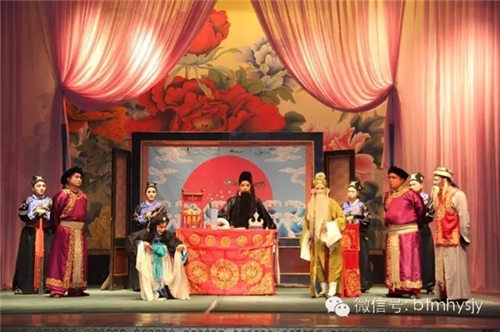 4月1日,包头曼汉艺术剧院晋剧团向观众展示了晋剧的特别表演。
