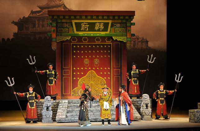 1000多名环卫工人在山西大剧院观看了山西歌剧《巴尔蒂斯检查员》。