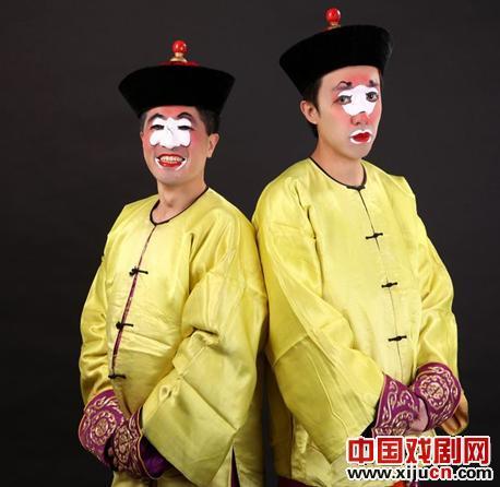 他魏云,李京,英宁正在唱除夕的戏剧《红马和凶马》