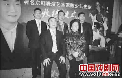 京剧脸谱学校的校长陈少云喜欢接受郭毅、回宇和鲁肃三位演员作为弟子。