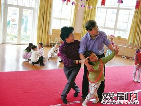 幼儿园里所有的孩子都是京剧迷。京剧融入校园的各个方面。