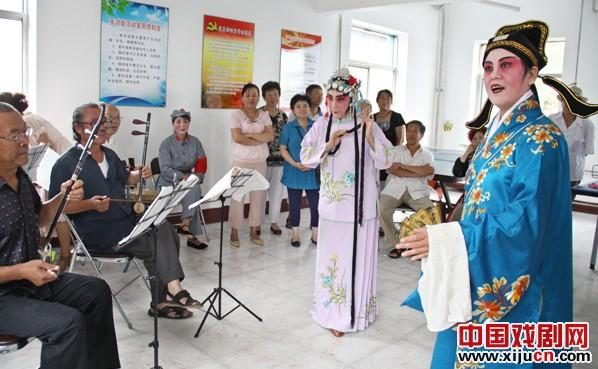 如果你想看鞠萍的精彩表演,请到顺城区葛布街的新迪社区鞠萍艺术团来。